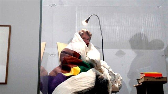 3 hafta kuluçkaya yatan Fransız sanatçı civciv çıkarmayı başardı
