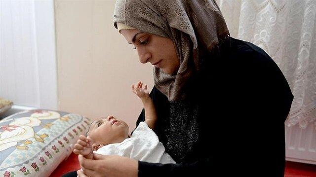 Suriyeli kadın annelik özlemini 'savaşın bebeği' ile giderdi