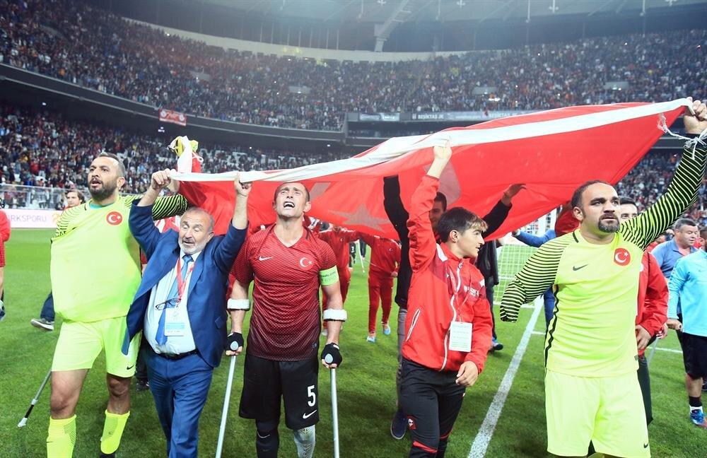 Ampute Futbol Milli Takımı sporcularımız ay-yıldızlı bayrağı dalgalandırdı. (Fotoğraf: AA)