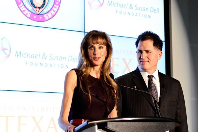 Micheal ve eşi Susan, vakıfta konuşma yaparken.