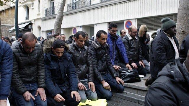 Fransa müslümanlara sokakta namaz kılmayı yasaklıyor