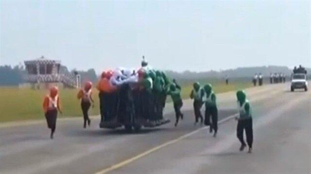 58 kişi bir motosiklete bindi