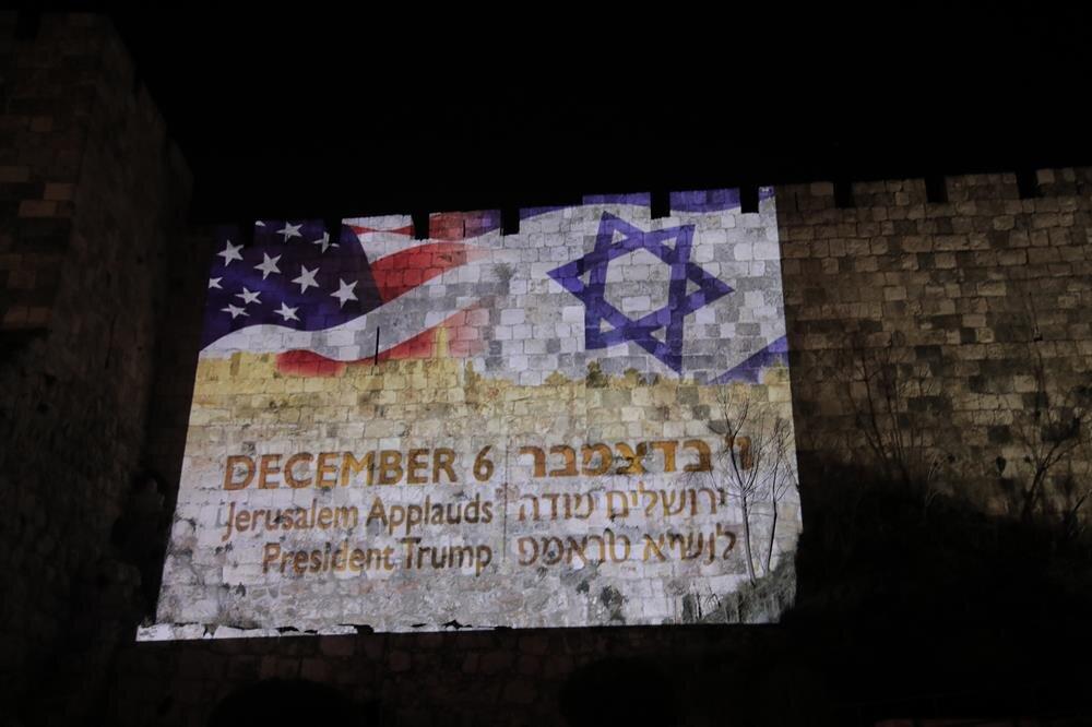 ABD ve İsrail bayrakları Kudüs'ün tarihi surlarına yansıtıldı.