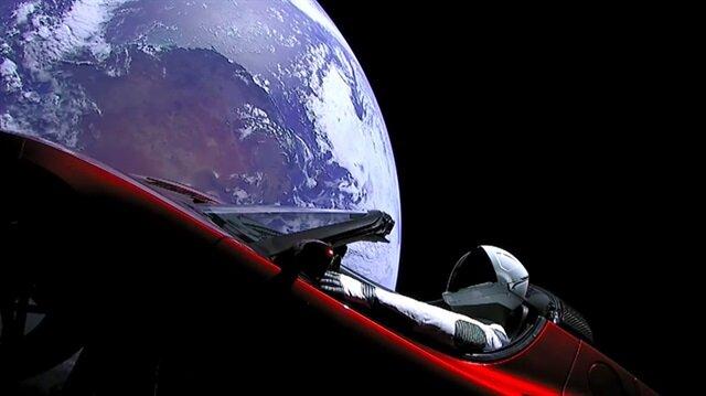 Elon Musk'ın uzaya gönderdiği otomobilde neler yer alıyor?