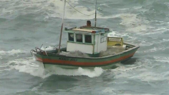 Fırtınalı deniz ve balıkçının inanılmaz mücadelesi kamerada