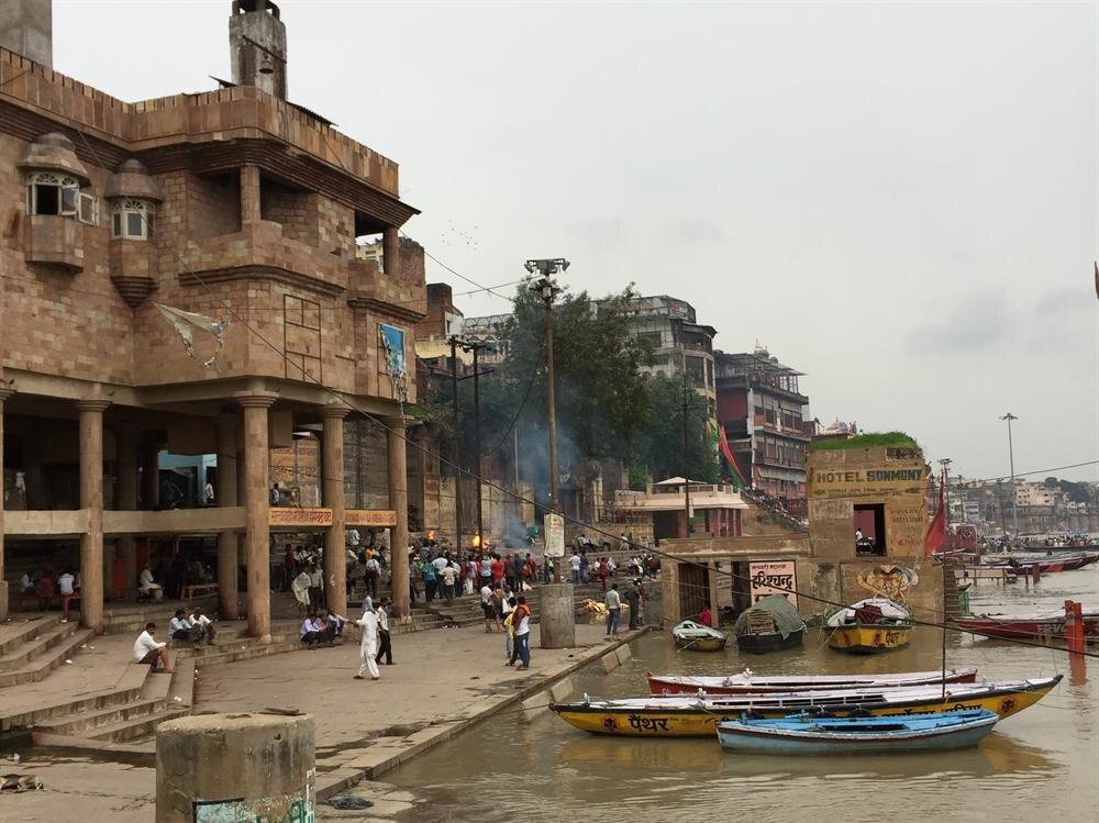 Ganj nehri, ölü yakma törenlerine de ev sahipliği yapıyor. (Fotoğraf: Ahmet Sücüllülü)
