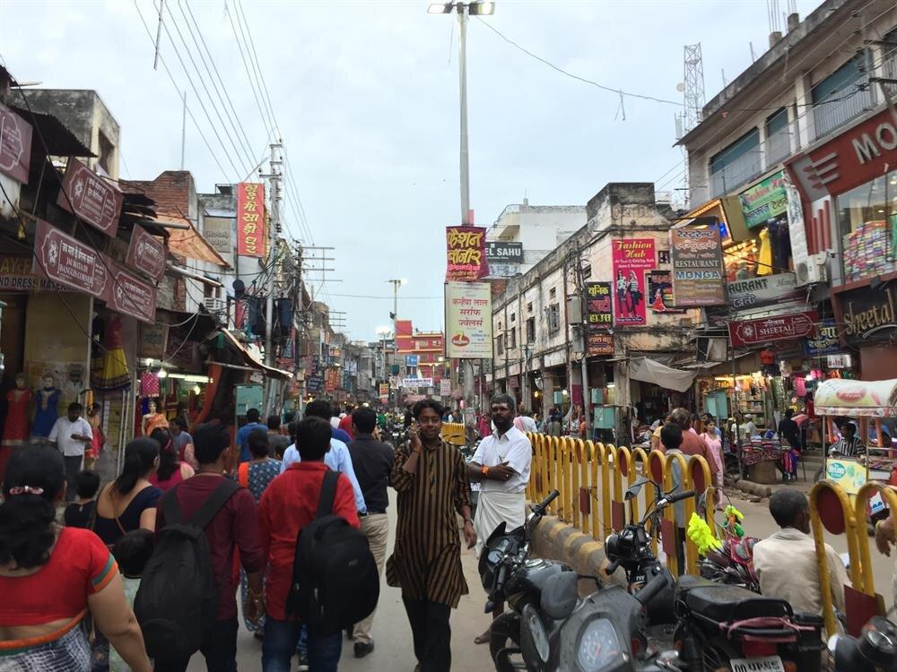 Varanasi sokakları, Hindistan'a özgü farklılıklarla bezeli. (Fotoğraf: Ahmet Sücüllülü)