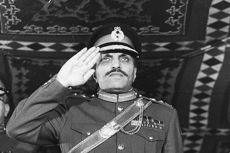 Pakistan'ın yönetimini askeri darbeyle ele alan General Ziyaül Hak, Ahmediyye Hareketi'ne karşı oldukça sert bir tavır sergilemişti.