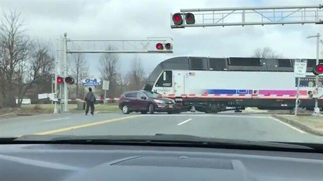 Hemzemin geçitte bariyerle oynayan kadının aracına tren çarpıyor