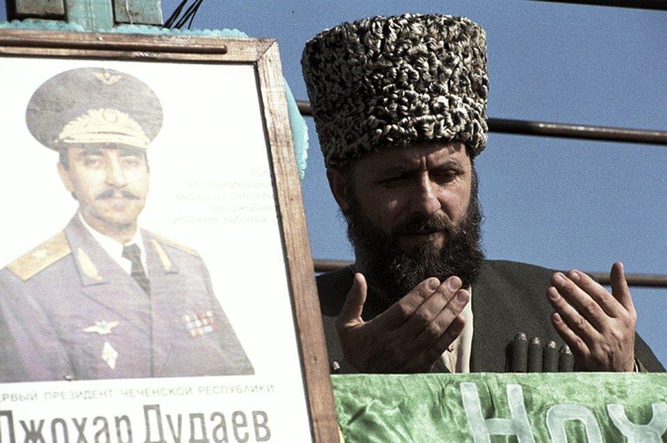Zelimhan Yandarbiev, Dudayev'in cenaze töreninde.