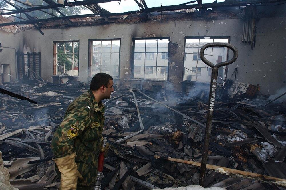 Bombalamanın ardından Beslan okulu enkaza döndü.