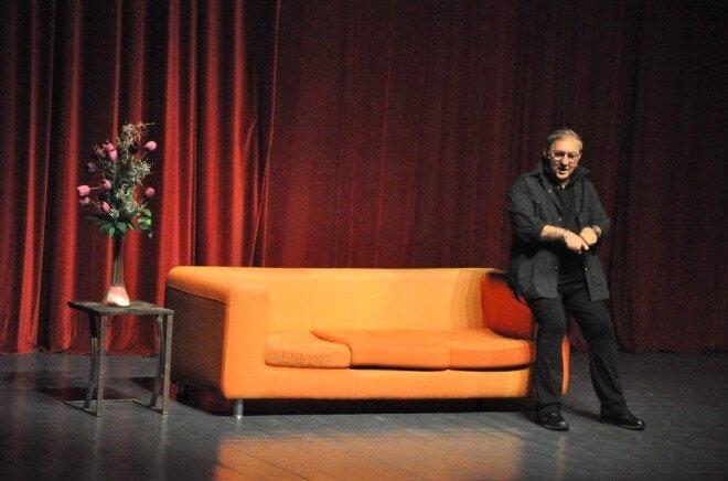 Ali Poyrazoğlu - Ödünç Yaşamlar oyunundan bir kare