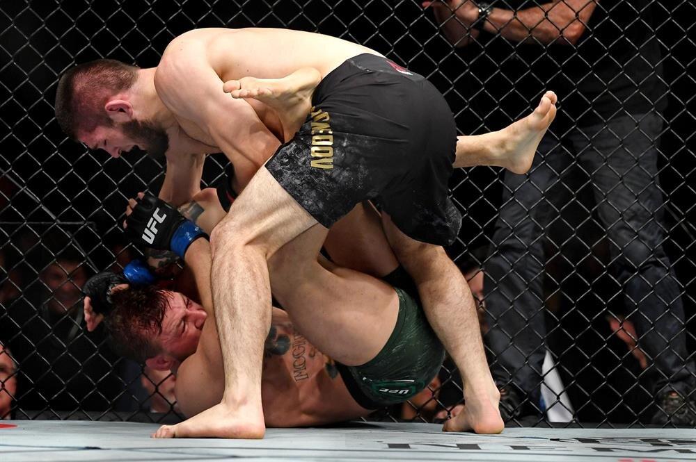 Conor McGregor çaresiz şekilde kendini savunmaya çalışıyor.