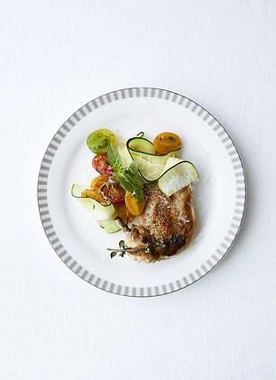 Uçuş seferi için 'Beslenme odaklı' menüler olarak tanımlanan 'wellness' markası Canyon Ranch ile ortaklık kuruldu. Menüde kurutulmuş tavuk ve kabak makarna kesilmiş kabak, parmesan, kızarmış domates, limon salata sosu ve fesleğen yer alıyor.