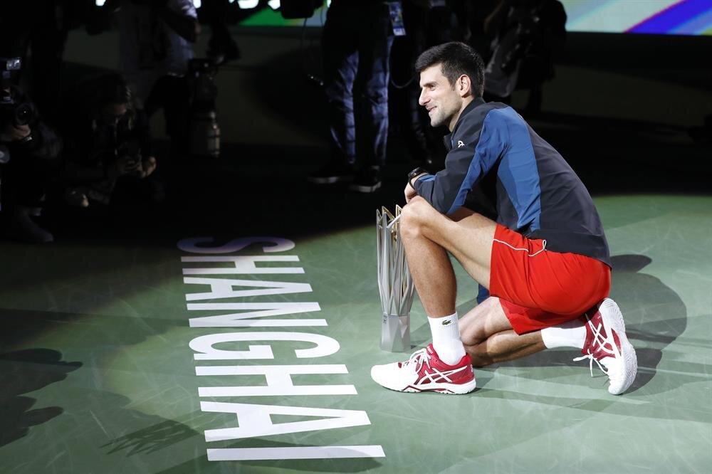 Novak Djokovic kupa seremonisinin ardından kupasıyla poz veriyor.