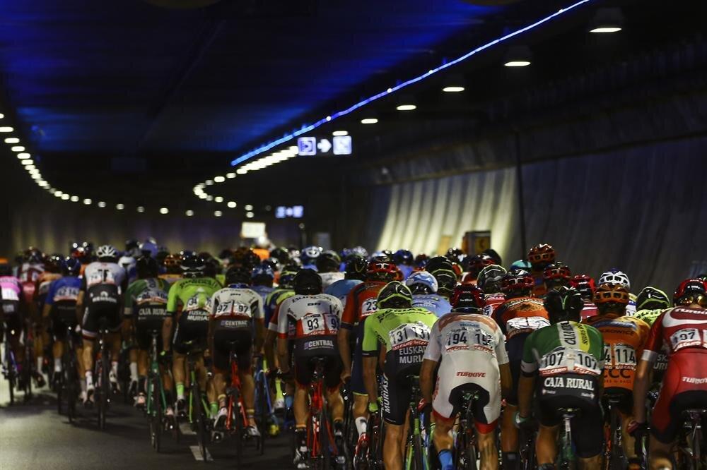 Cumhurbaşkanlığı Bisiklet Turu'nda sporcular tünelden geçiyor.