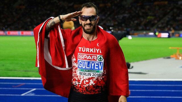 Ramil Guliyev, Türk bayrağıyla asker selamı verirken.