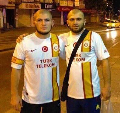 Habib Nurmagomedov ve arkadaşı, Galatasaray formasıyla poz veriyor.