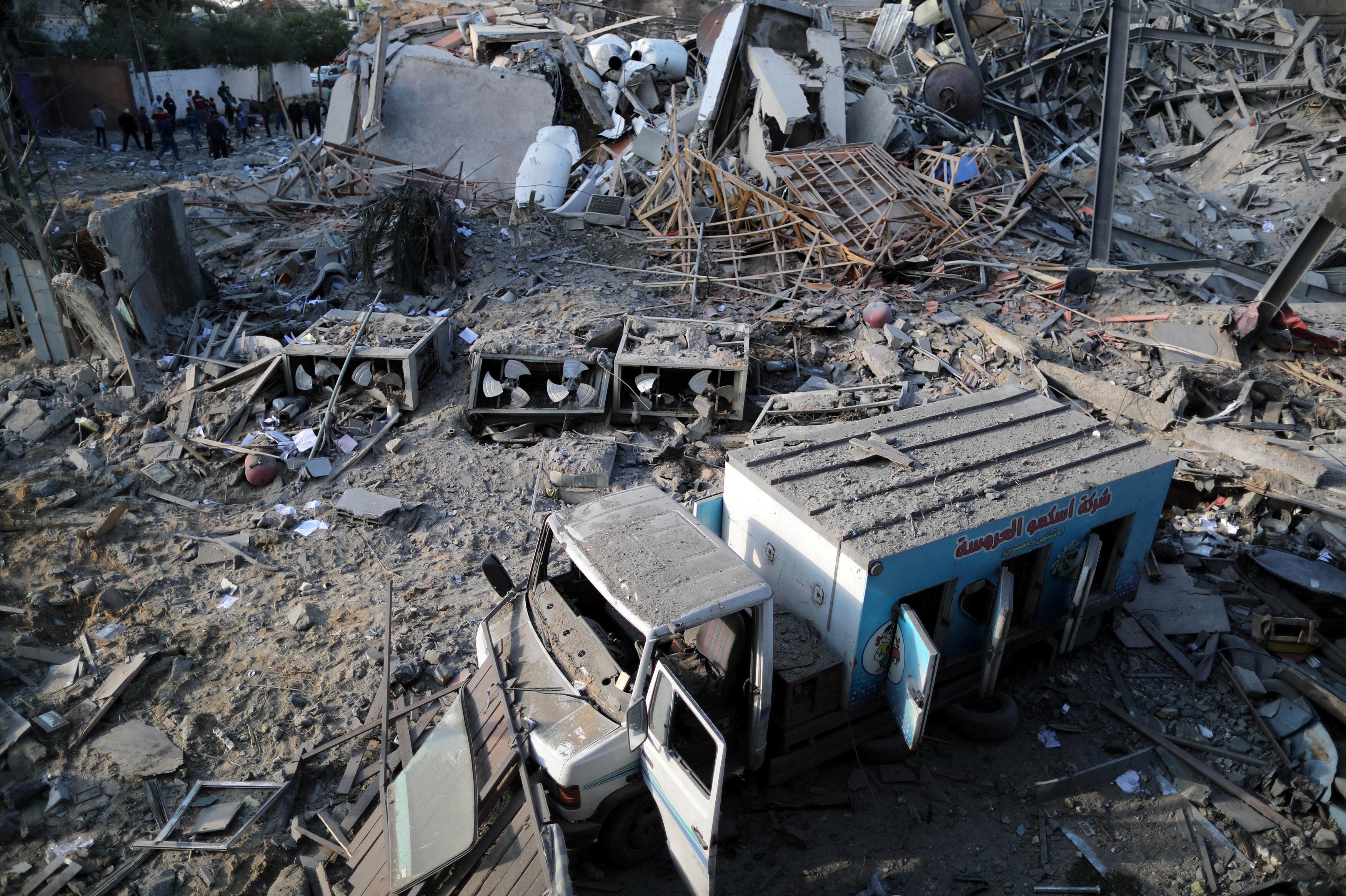 İsrail'in hava saldırıları sonucunda, hedef alınan el-Aksa kanalı genel merkezinin tamamen yıkılmasının yanısıra, çevredeki binalarda oldukça zarar gördü.