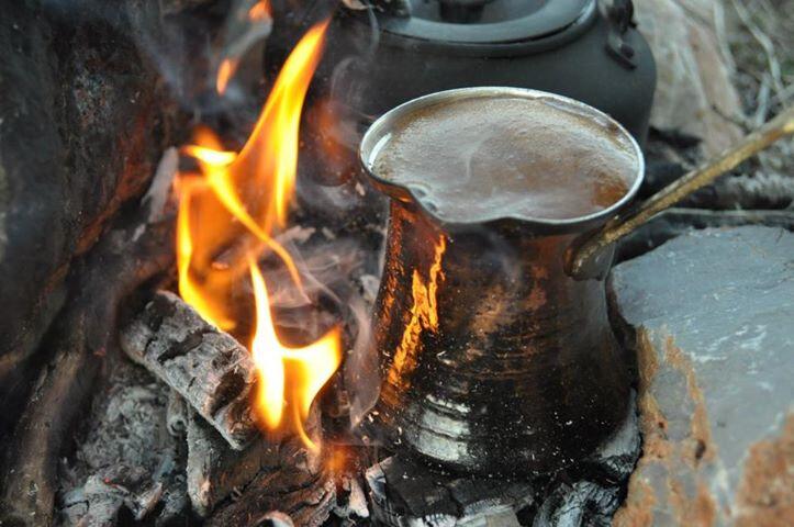 Harlı ateşte kahve yapmak ve hızlı pişmesi için ısısını artırmak kahvenizin köpüksüz ve acı olmasına sebep olabilir.