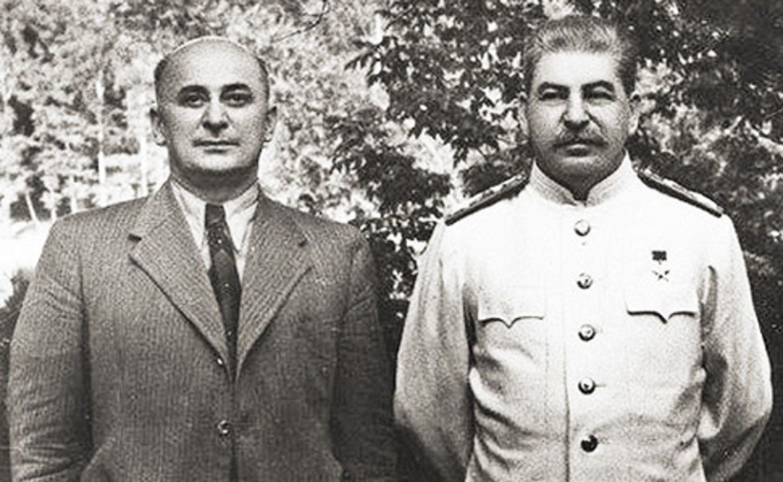 SSCB İçişler Halk Komiseri Lavrenti Beriya ve JoSef Stalin (sağda)