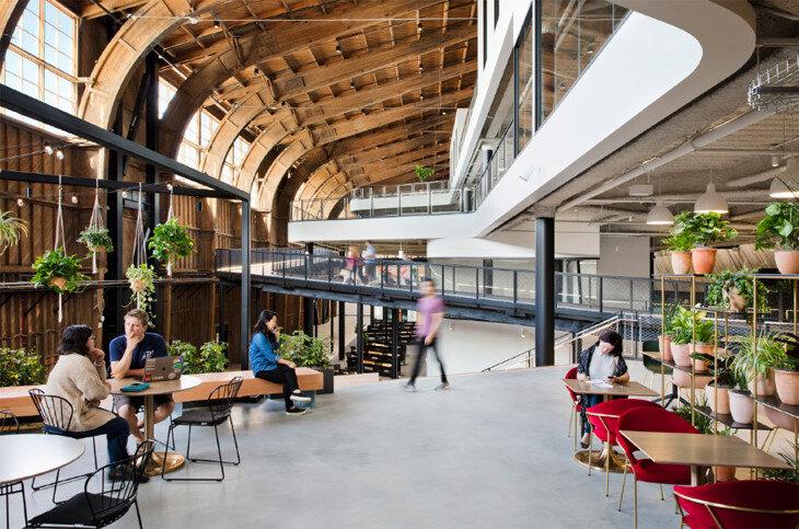 ZGF Mimarlık, ahşap hangarın 4 kat yüksekliğindeki çatısı altında Google için, binanın havacılık mirasını kutlayan, geniş bir açık ofis tasarladı.