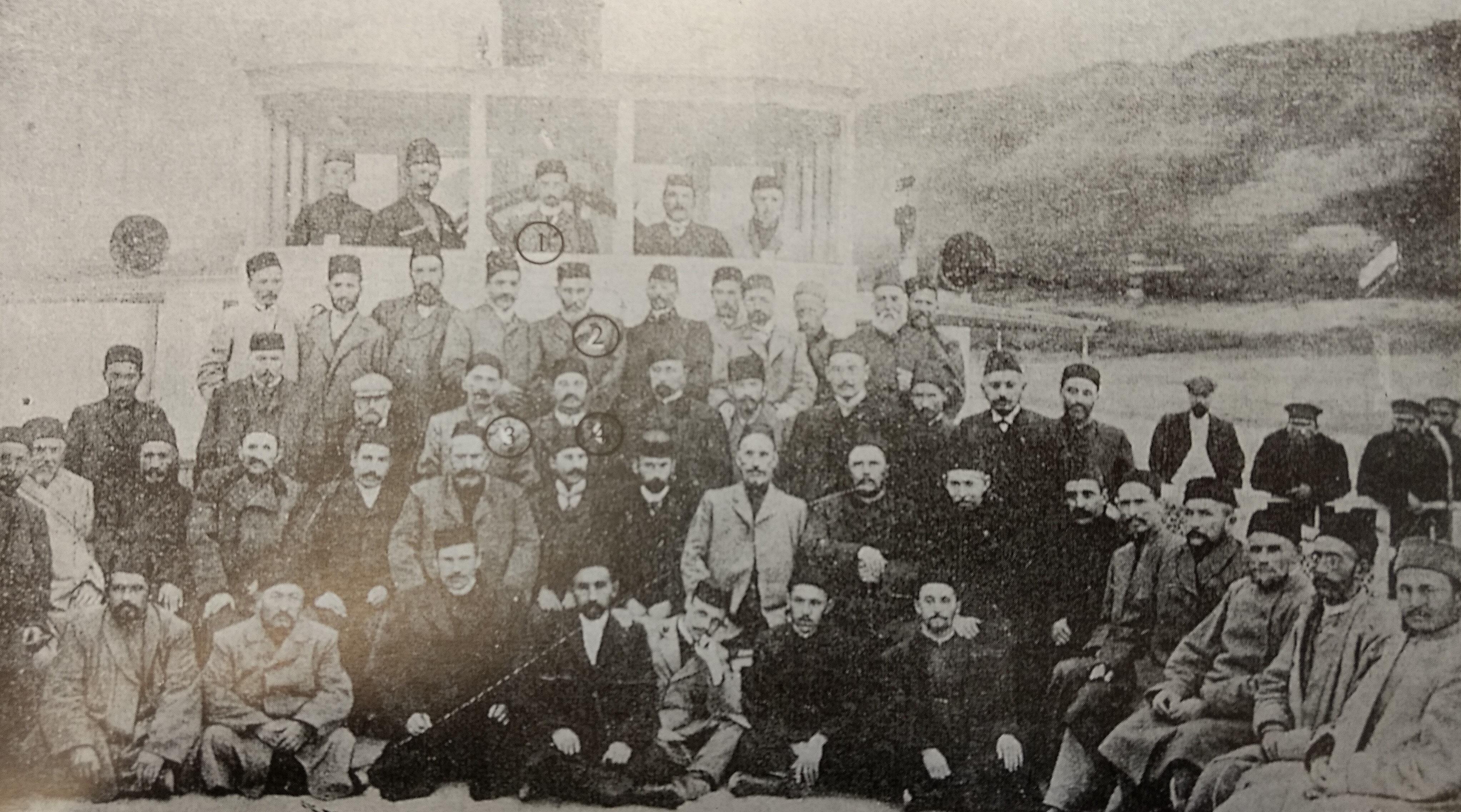"""Kiralanan """"Gustav Strove"""" teknesinde yapılan Birinci Rusya Müslümanları Kongresi'ne toplam 108 delege katılmıştı. Numaralandırılmış isimler: 1. Fatih Kerimi, 2. Abdureşid İbrahim, 3. İsmail Gaspırali, 4. Ali Merdan Bey Topçubaşov"""