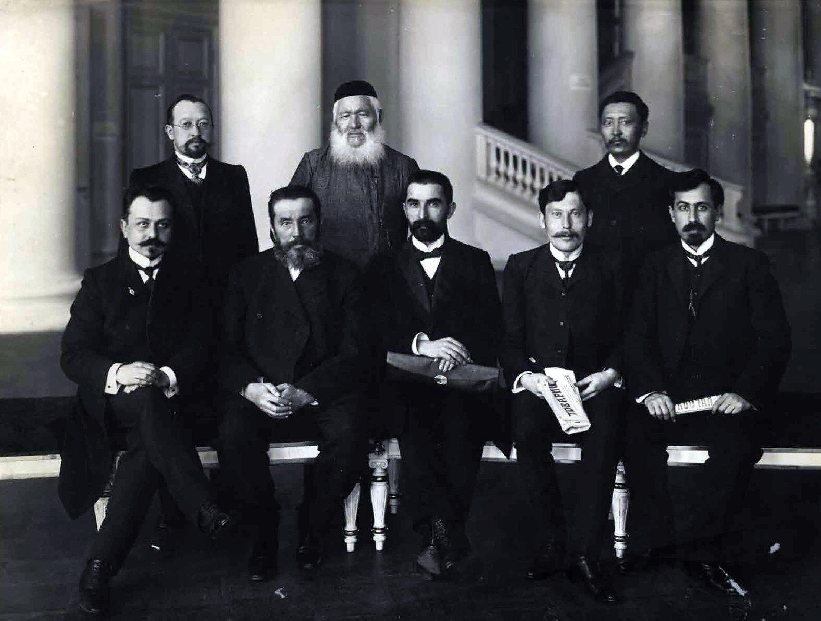 İkinci Duma'da Müslüman Millet vekillerinden bir kısmı Soldan sağa oturanlar: 1. Fethali Han Hoyski (Azerbaycan) 2. Şah Aydar Sırtlanov (İdil) 3.Taşdemir Eldarhanov (Çeçenistan) 4. Abdureşid Mediyev (Kırım) 5. Halil Bey Hasmemmedov (Azerbaycan). Ayakta soldan sağa 1.Muhammed Ekrem Biglov (İdil) 2. Şahbal Seyfetdinov (Orenburg) 3. Ahmed Beremjanov (Türkistan)