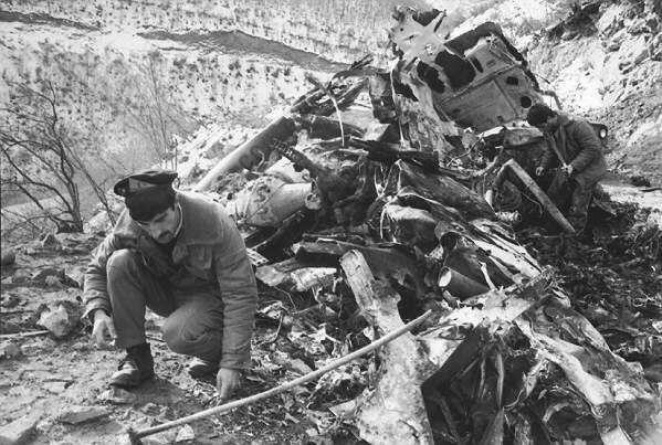 Helikopterin düşmesi sonrası kaza yerinde araştırma yapan askerler.