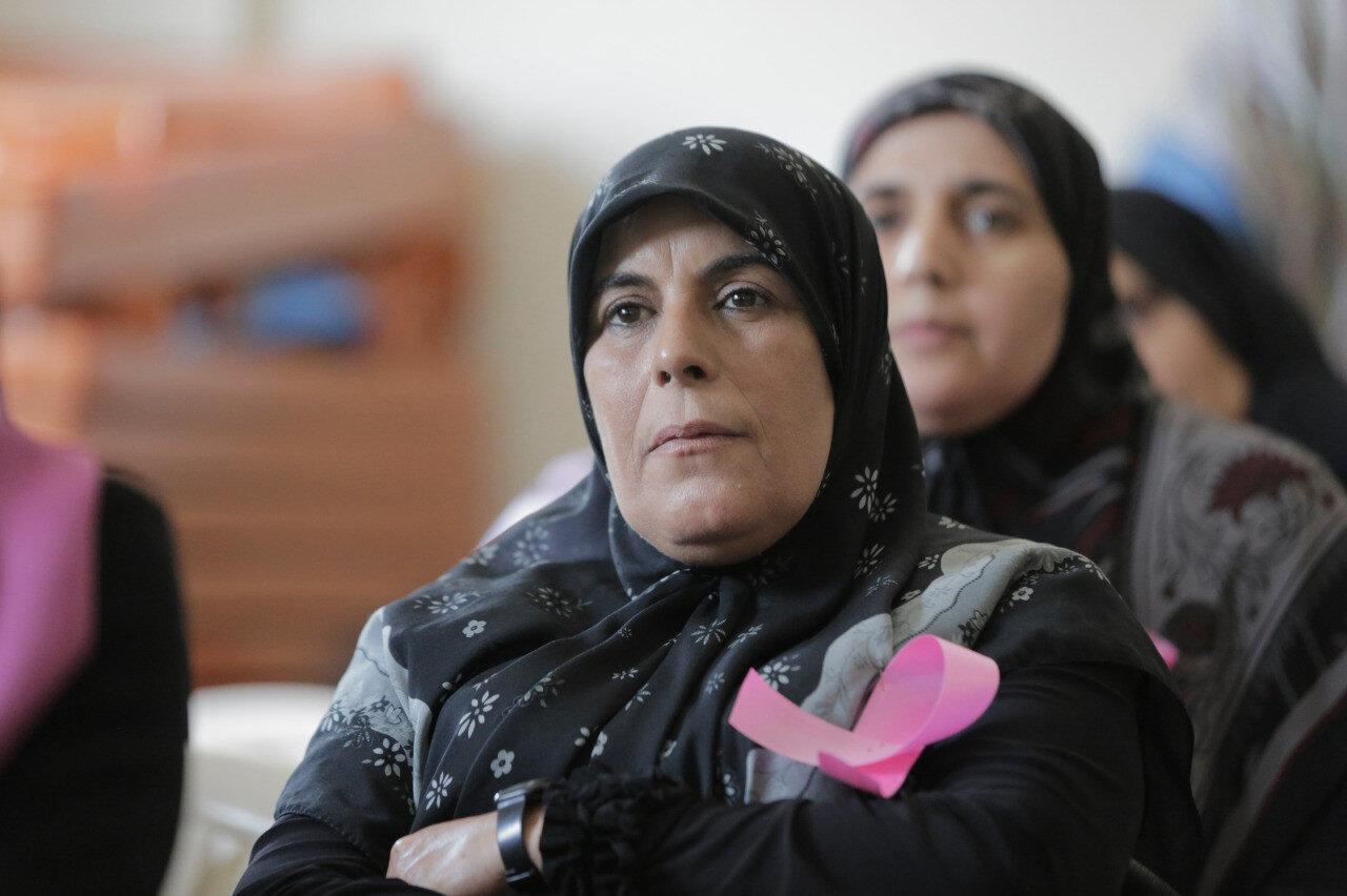 Lübnan'da göğüs kanserine duyarlılık oluşturmak için düzenlenen bir toplantıya katılan kadınlar...