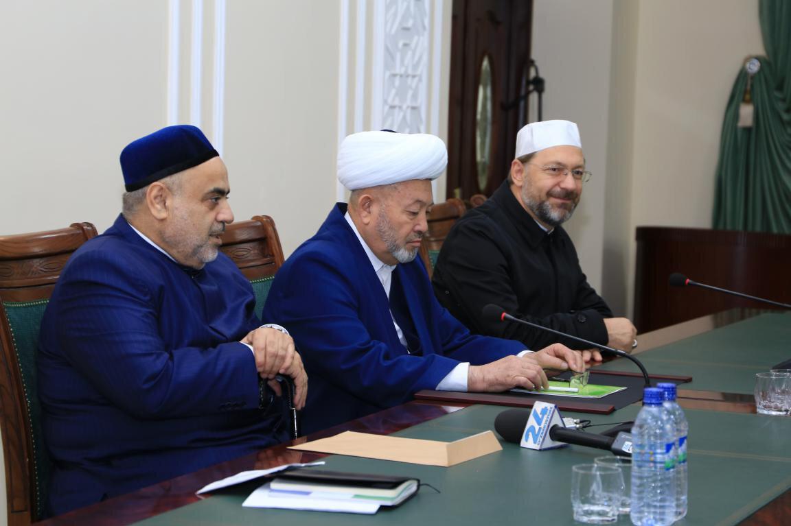 Soldan sağa: Kafkas Müslümanları Dini İdaresi Başkanı Allahşükür Paşazade, Özbekistan Dini İdaresi Başkanı Osmanhan Alimov de Türkiye Diyanet İşleri Başkanı Ali Erbaş.