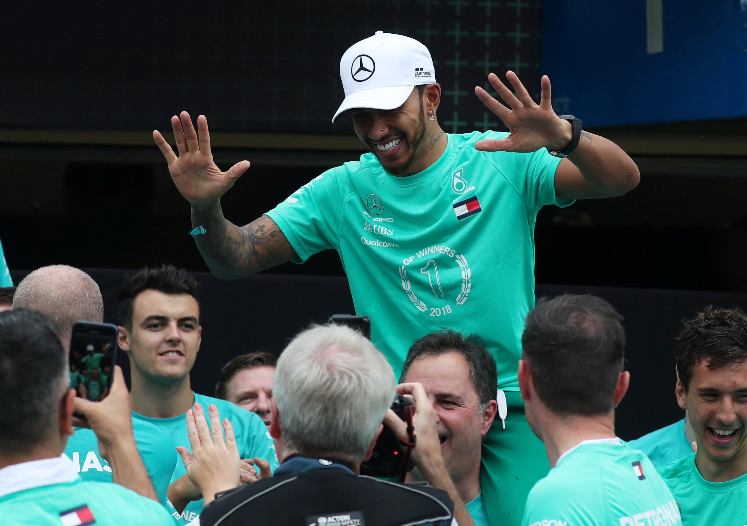 Sezonu şampiyon olarak bitirmeyi garantileyen Hamilton, sevincini takım çalışanlarıyla paylaştı.
