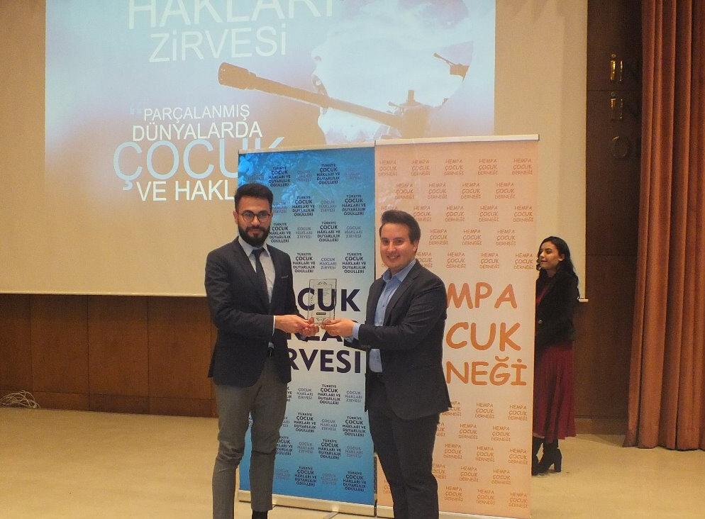 En Duyarlı İnternet Sitesi ödülünü GZT.com adına editörlermizden Ömer Furkan Çınar, Hempa Çocuk Derneği Başkanı İbrahim Enes Duruay'ın elinden aldı.