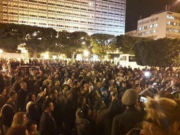Yüzlerce Tunuslu sokaklara çıkarak Veliaht Prens'in ülkelerine gelmelerini protesto ettiler.