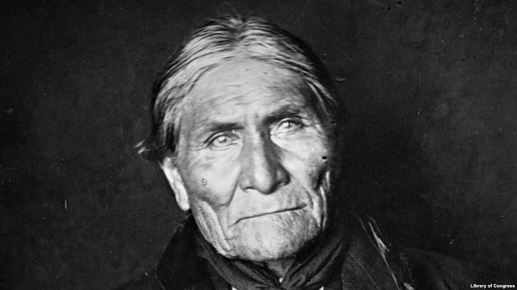 Apaçi şefi yakalandıktan ileri yaşına rağmen tekrar evlendi, yeniden çoluk-çocuğa karıştı, atalarının eski dinini de terk ederek Hristiyan olup Reformist Kilisesi'ne katıldı. Bir zamanlar Amerikan ordusuna kök söktüren savaşçı, artık Amerikalılar için mükemmel bir reklâm malzemesi oldu.Geronimo, hayata 1909'da veda ettiğinde 80 yaşındaydı, Fort Sill'de kapatıldığı çiftliğin hemen dışındaki mezarlığa defnedildi ve duasını da bir papaz yaptı.
