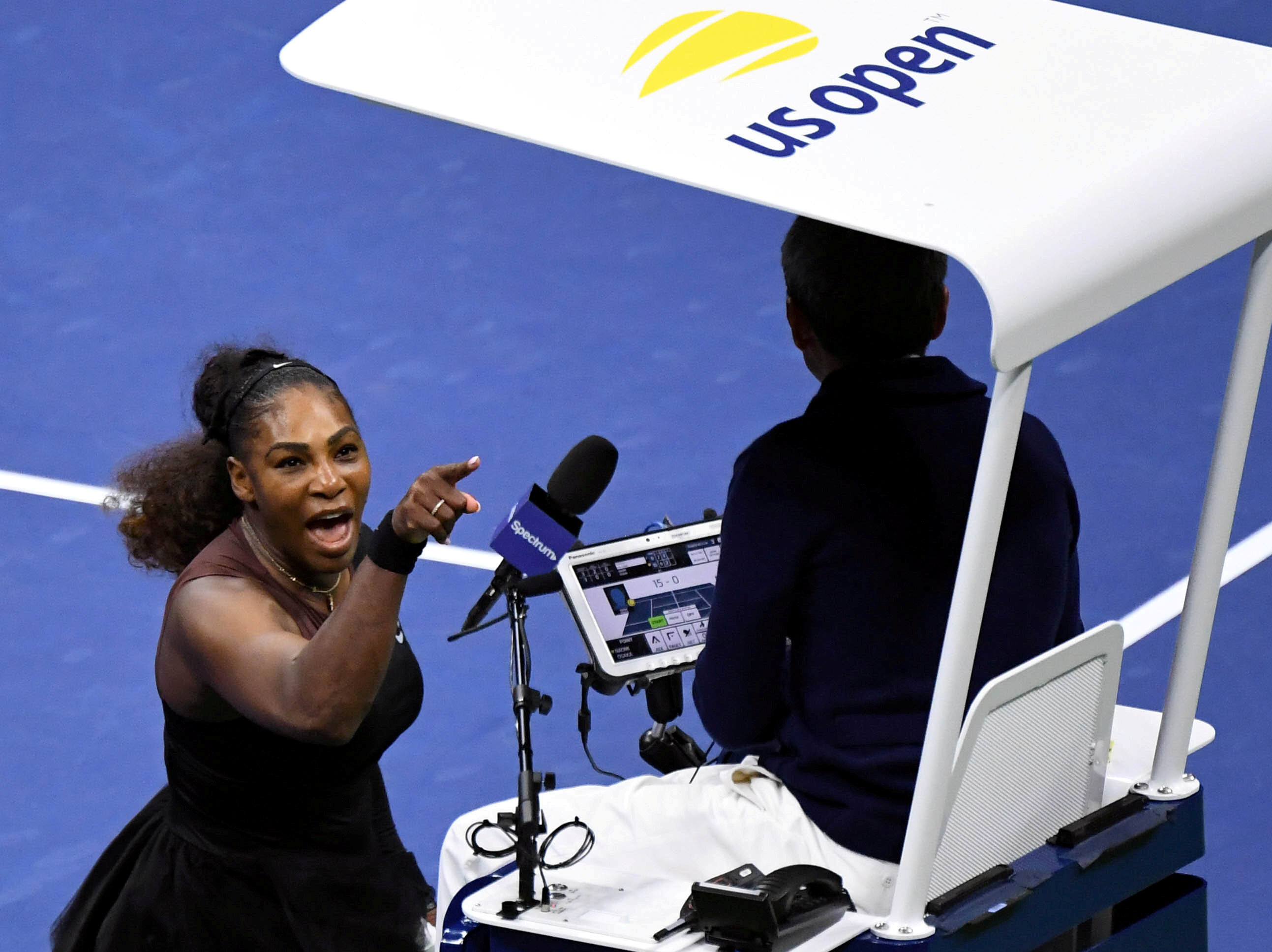 Serena Williams, müsabakanın hakemine tepki gösterirken...