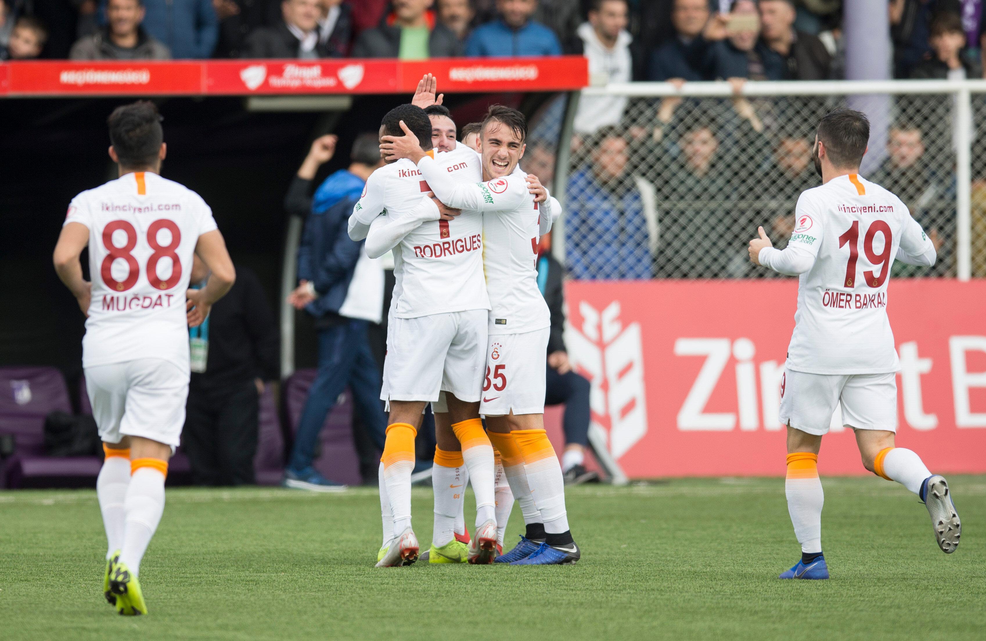 Galatasaraylı gençler gol sevincini doyasıya yaşıyor.