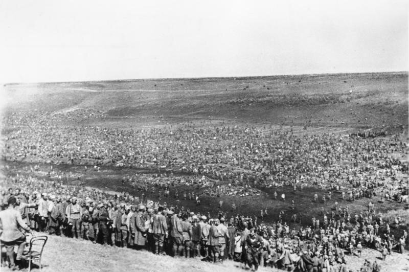 Alman devlet arşivinden bir fotoğraf. Sovyet askerlerinin olduğu savaş kampı mahkumları, Ağustos 1942