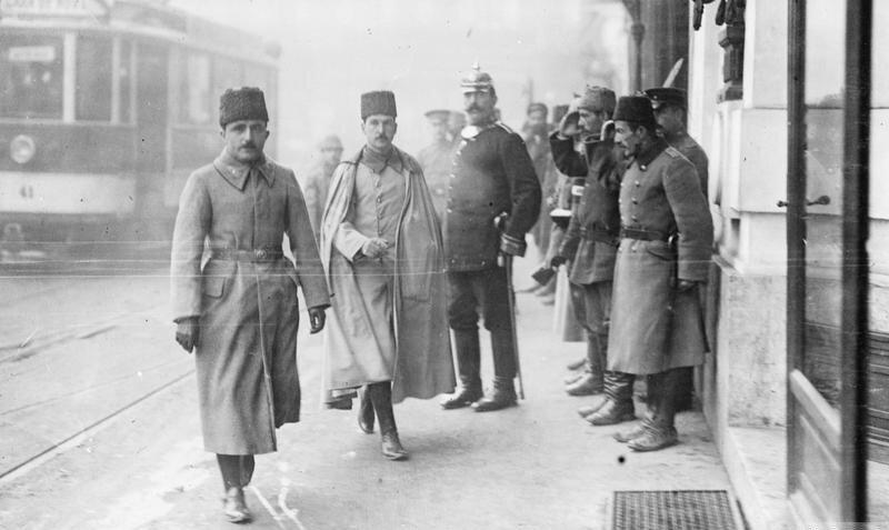 Enver Paşa ve Hüsnü Emir Erkilet Paşa (soldan ikinci) Bükreş'te, Tarih 1917