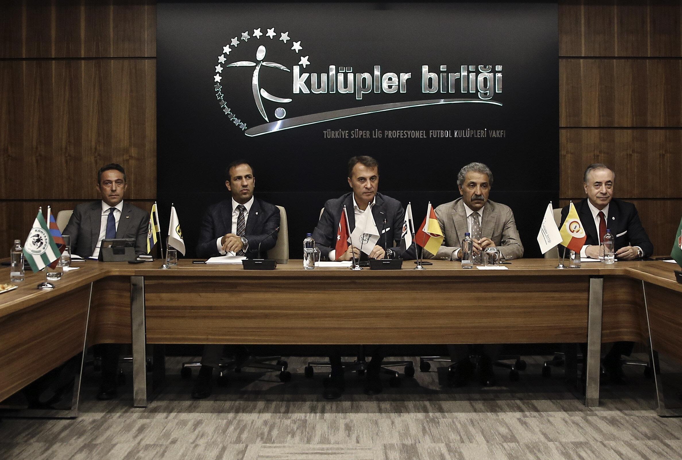 Arşiv: Kulüpler Birliği Vakfı'nda buluşan kulüp başkanları toplantı öncesinde foto muhabirler tarafından görüntüleniyor...