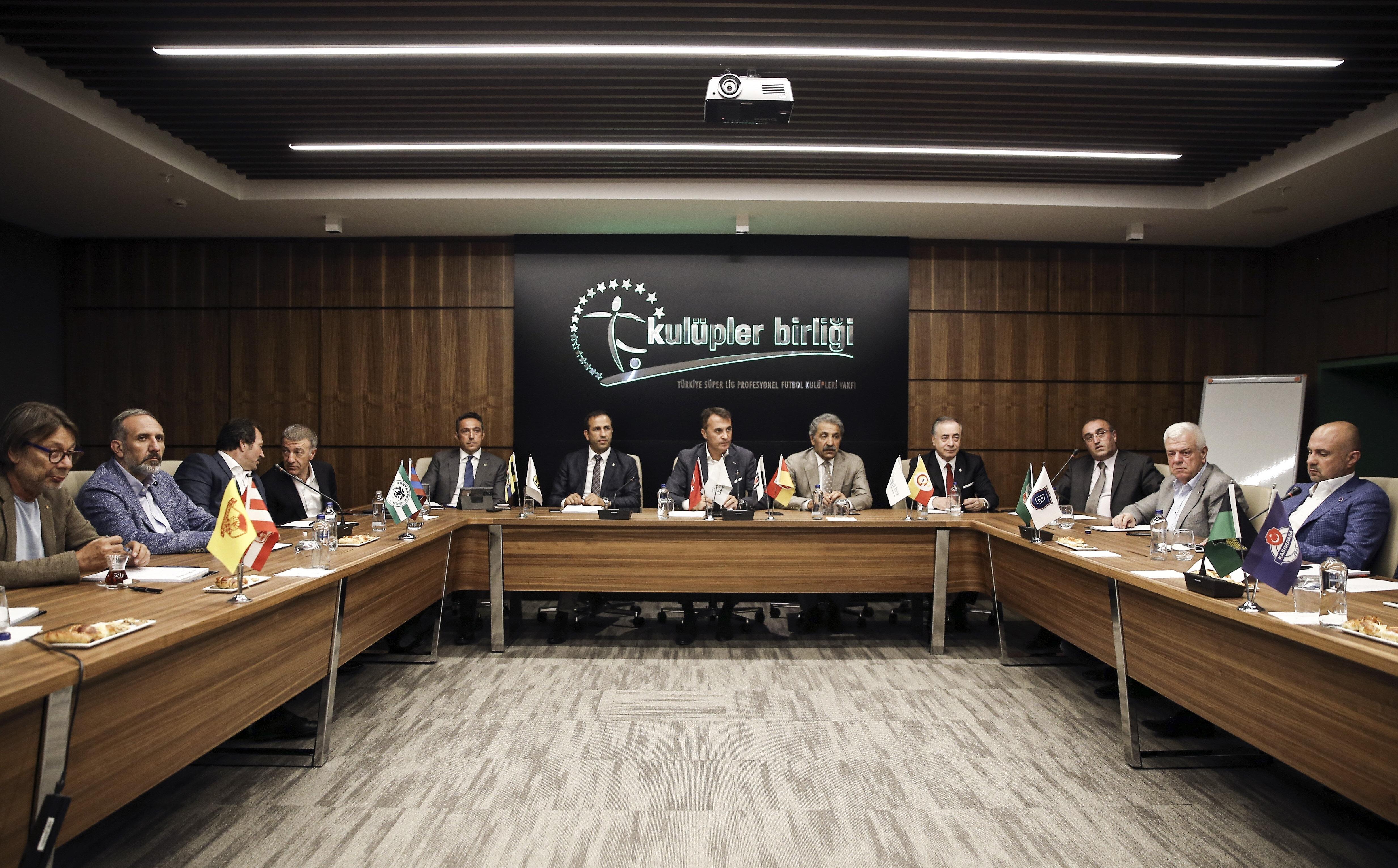 Arşiv: Kulüp başkanları vakıfta toplantı halindeler...