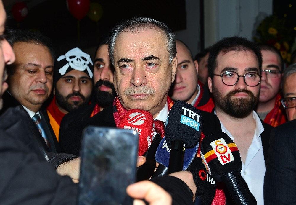 Galatasaray Başkanı Mustafa Cengiz ayaküstü basın mensuplarının sorularını yanıtlıyor.