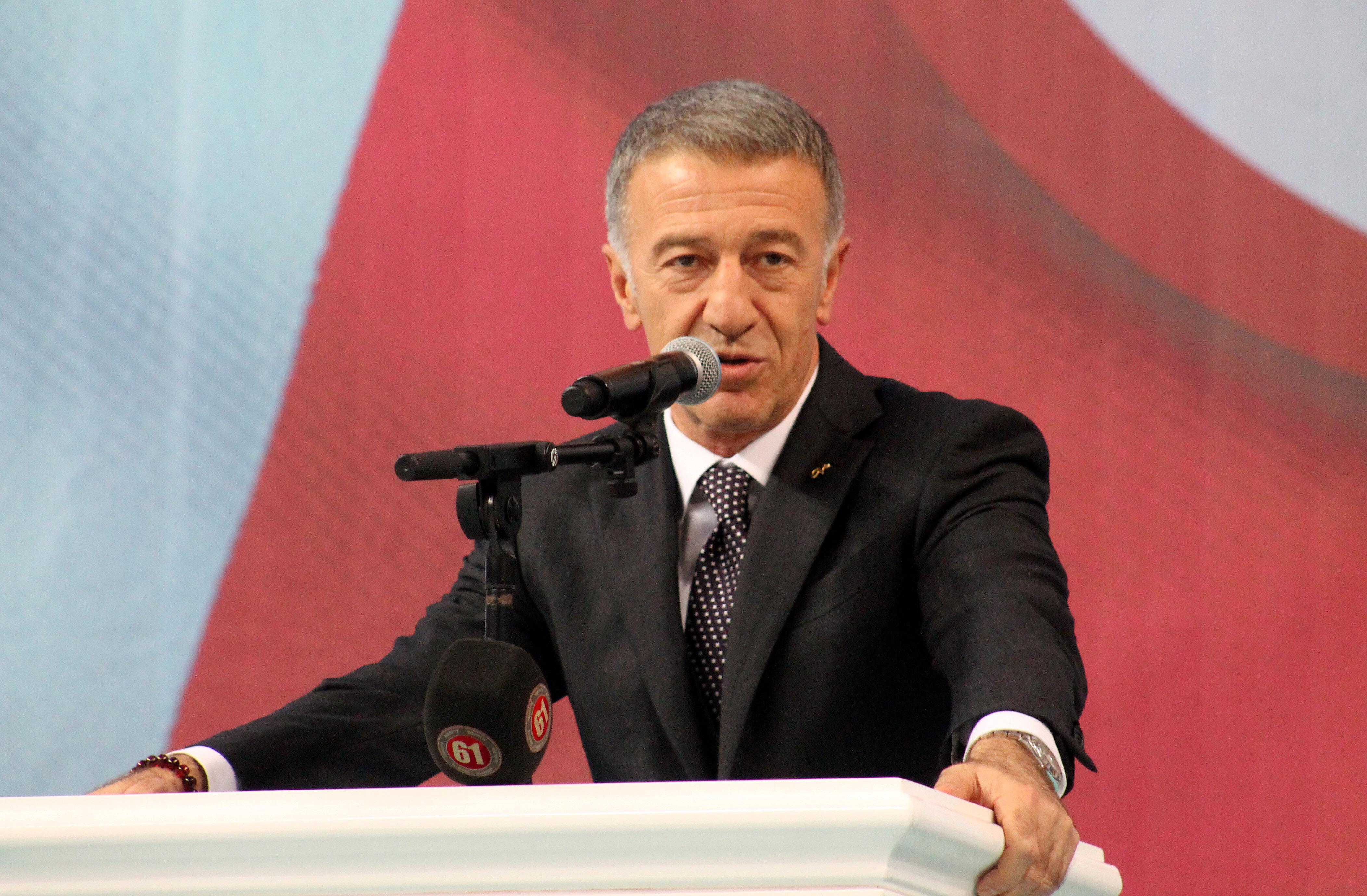 Ahmet Ağaoğlu düzenlenen etkinlikte kürsüde değerlendirmelerde bulunuyor.