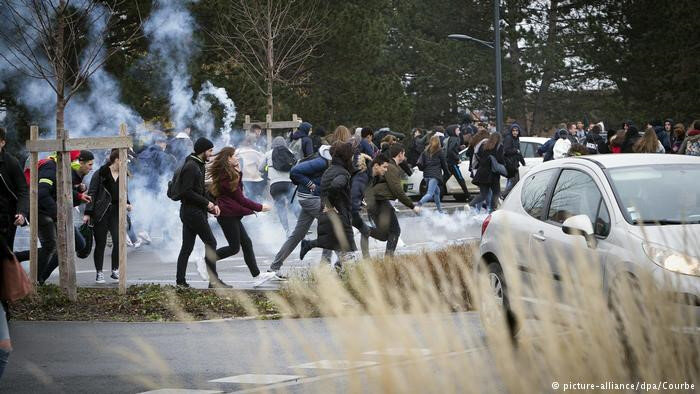 Dün devam eden protestolarda okullarda eğitimi aksattıkları gerekçesiyle 700'den fazla lise öğrencisi gözaltına alındı. Fransa İçişleri Bakanlığı'na göre protestolar 280 okulda eğitimin aksamasına yol açtı. Binlerce lise ve ortaokul öğrencisinin de üniversitelere giriş kriterlerinin ağırlaştırılması ve öğretmen sayısının azaltılması endişesi nedeniyle protestolara katıldığı bildiriliyor.