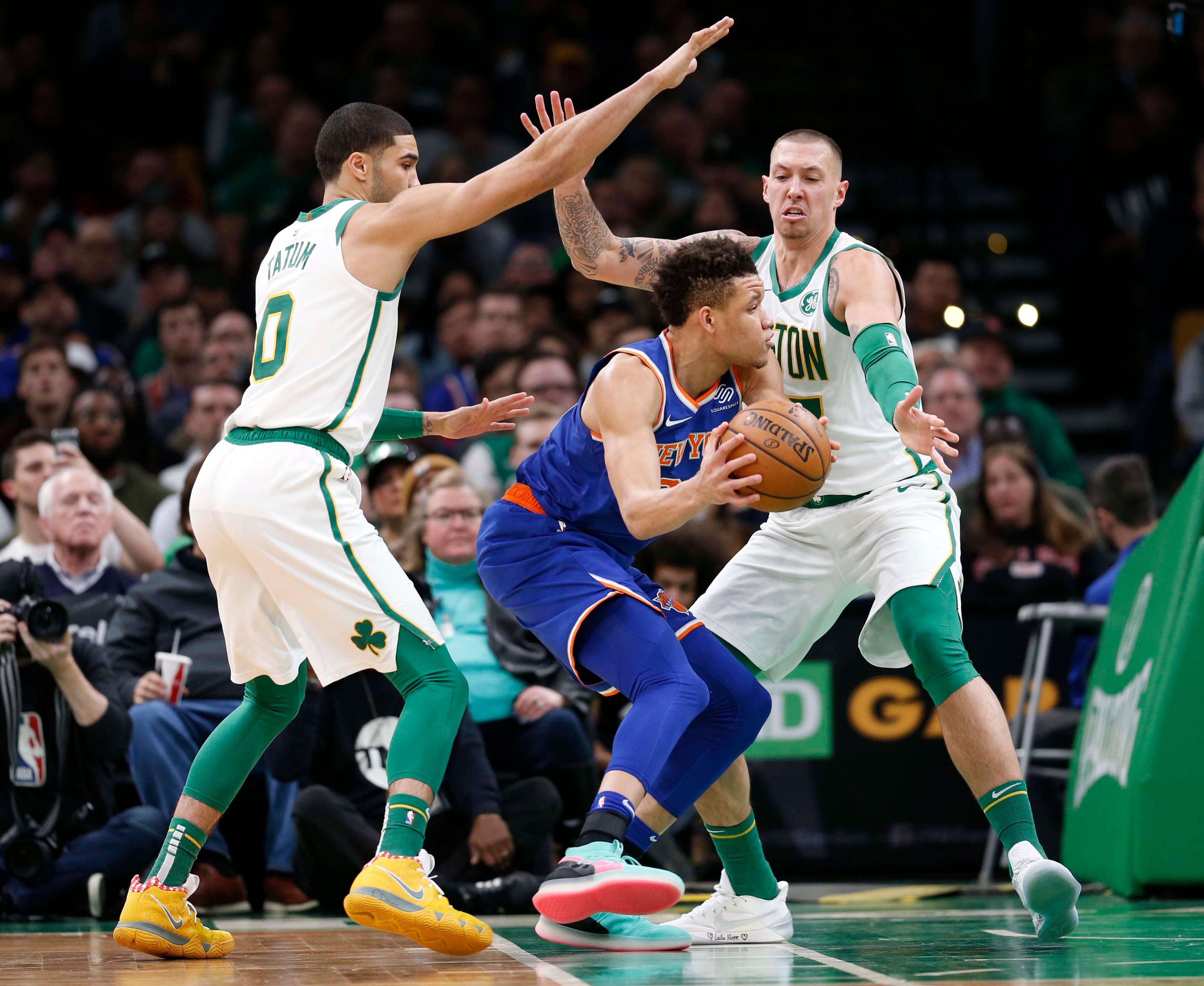 Celticsli oyuncular rakibe ikili sıkıştırma yapıyor.