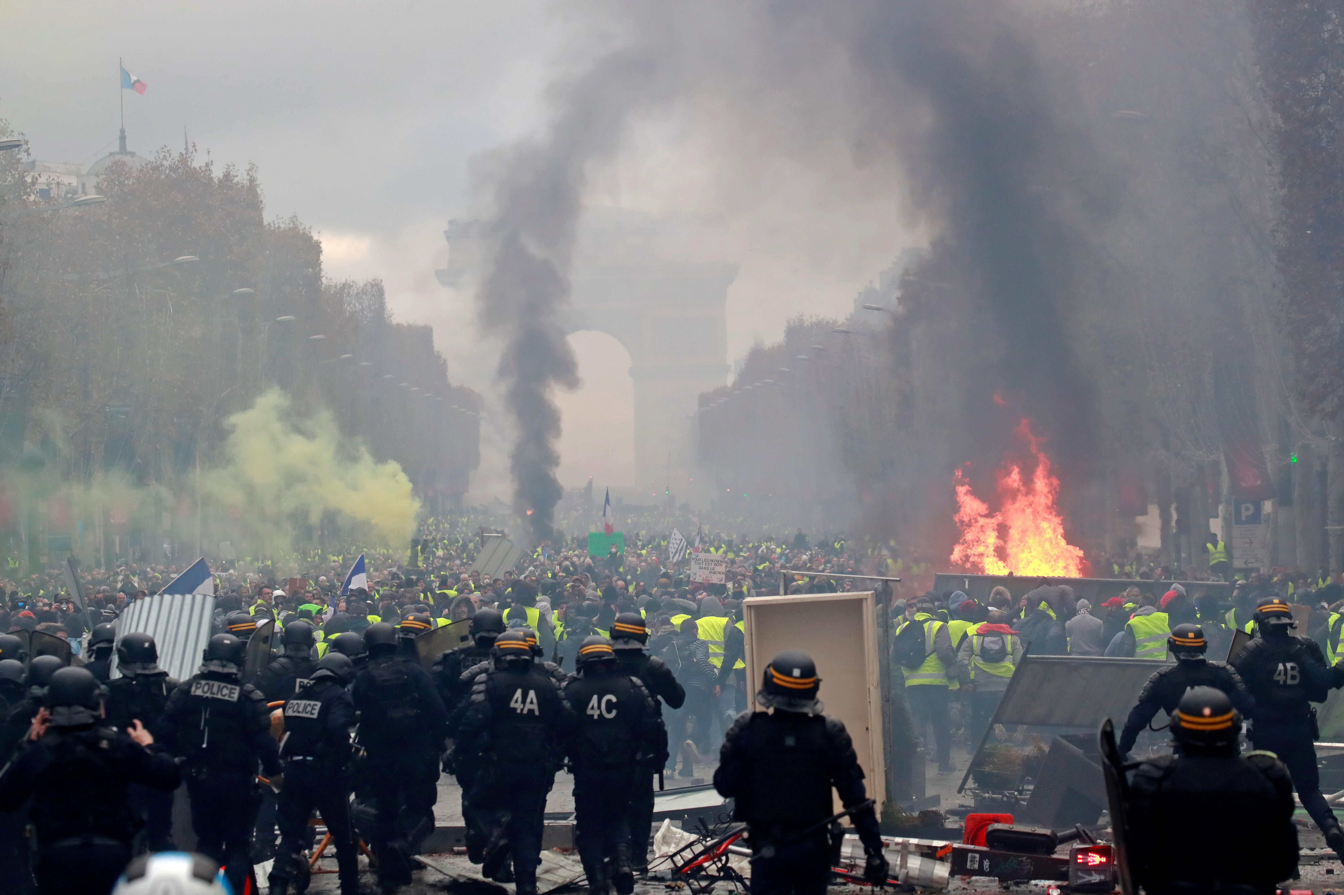 Binlerce protestocu ülkenin dört bir yanında protesto gösterileri düzenliyor.