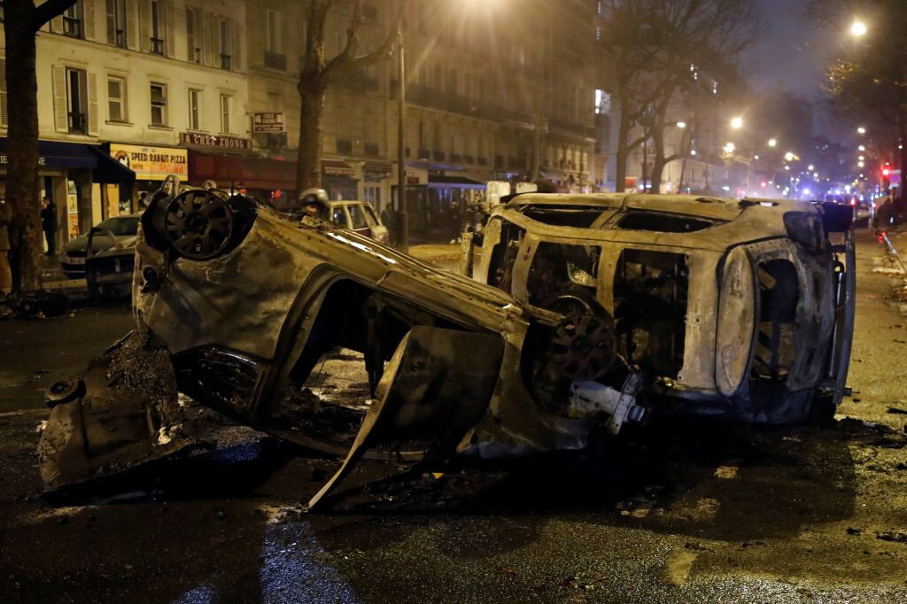 Paris'in birçok noktasından yakılmış, ters çevrilmiş araçlar göze çarpıyor.