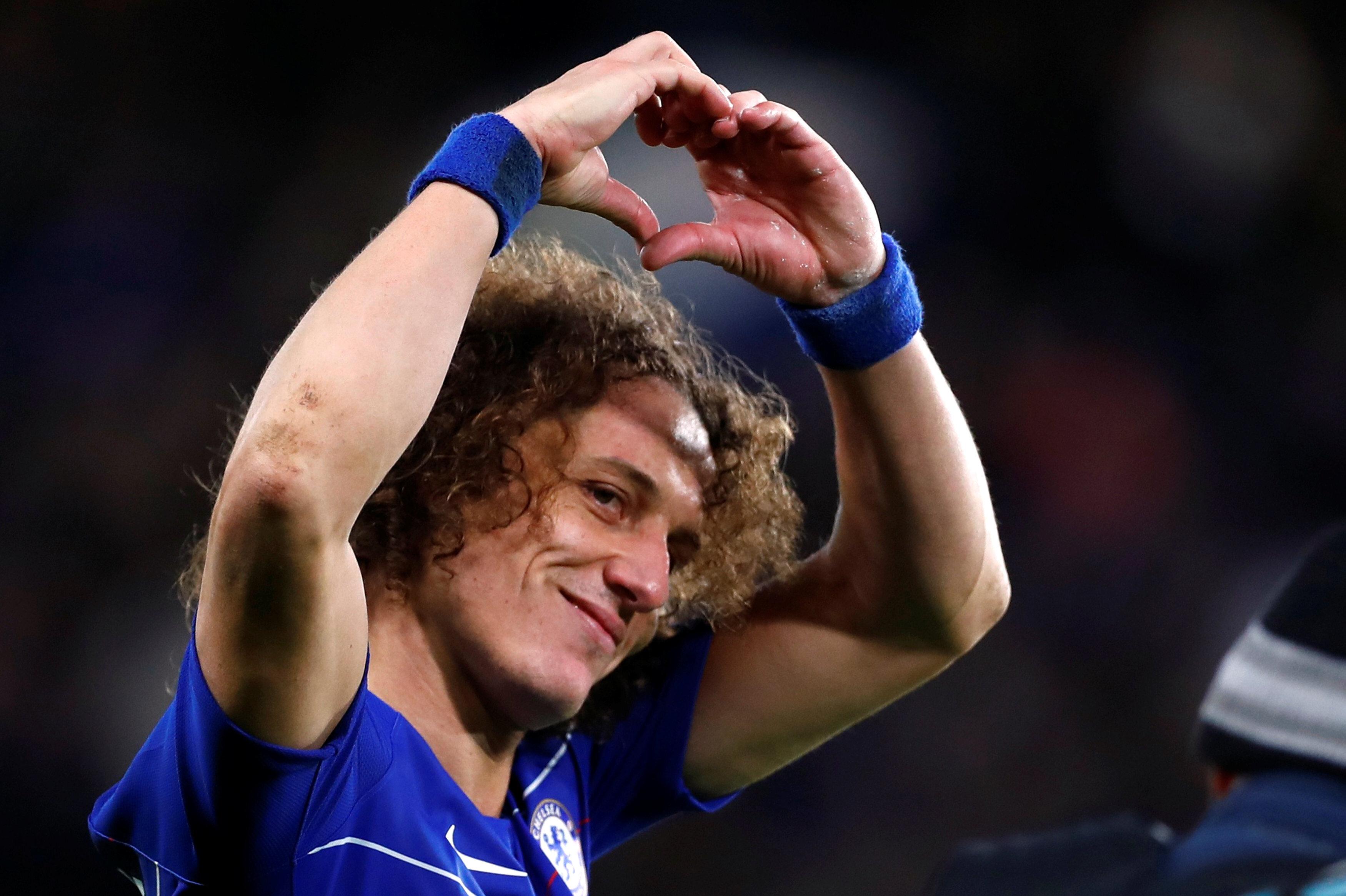 David Luiz, Manchester City'yi yıkan golünün ardından tribünlere kalp işareti yapıyor.