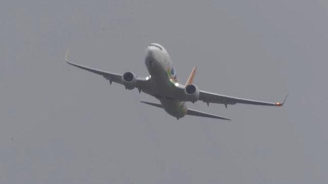 Şiddetli 'ters rüzgar'da iniş yapmaya çalışan yolcu uçakları