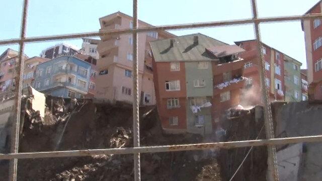 Toprak kayması yaşanan bina büyük bir gürültüyle çöktü